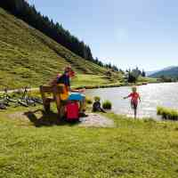 Taking a break near the cool lake © Saalfelden Leogang Touristik GmbH