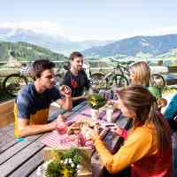 Well earned inn snack for a group of mountain bikers in Saalfelden Leogang © Saalfelden Leogang Touristik GmbH