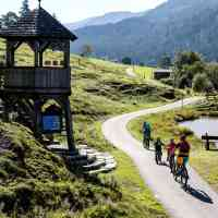 Family biking past the viewpoint © Saalfelden Leogang Touristik GmbH