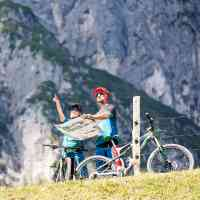 Mountainbikers looking for the correct trail © Saalfelden Leogang Touristik GmbH