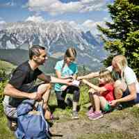 The entire family takes a break from hiking © Tourismusverband Saalbach Hinterglemm